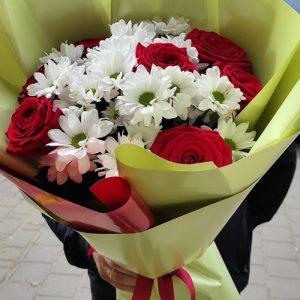 букет троянди з хризантемами