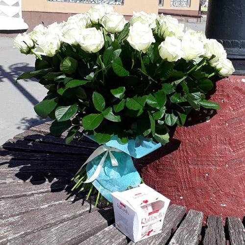 букет роз и коробка конфет фото