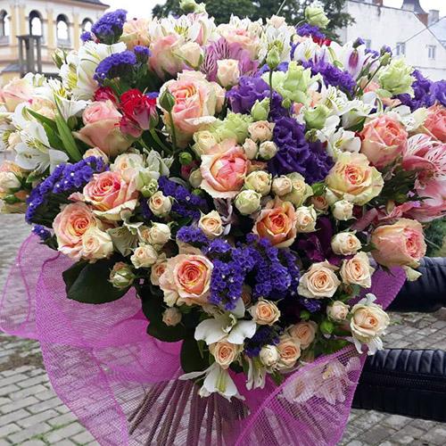 букет из эустом и кустовой розы фото