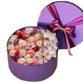 """Капелюшна коробка """"Солодкі почуття"""" квіти та цукерки"""
