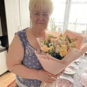 ніжний мікс букет із троянд та еустом