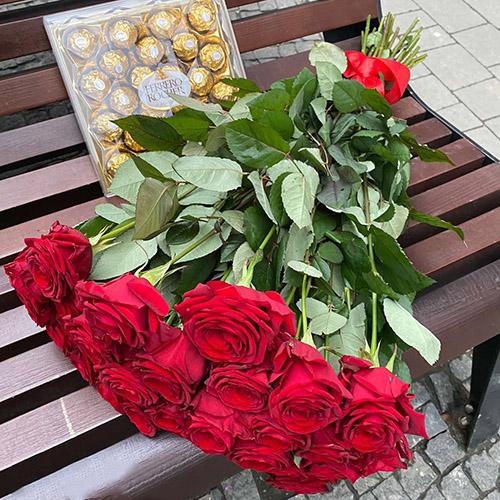 букет червоних троянд та цукерки