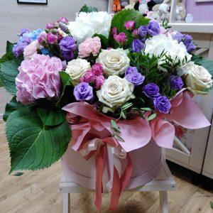 большая и яркая коробка цветов с бантиком для любимой в Трускавце фото